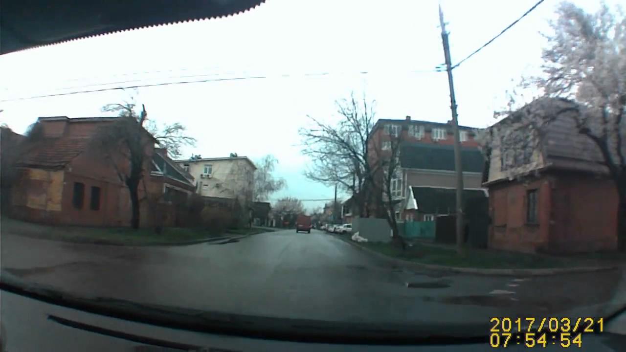 В Краснодаре после ДТП фургон въехал в жилой дом