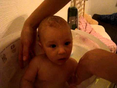 Tummy tub bath 3 month baby - YouTube