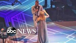 Barbra Streisand Performs 'Climb Every Mountain' With Jamie Foxx
