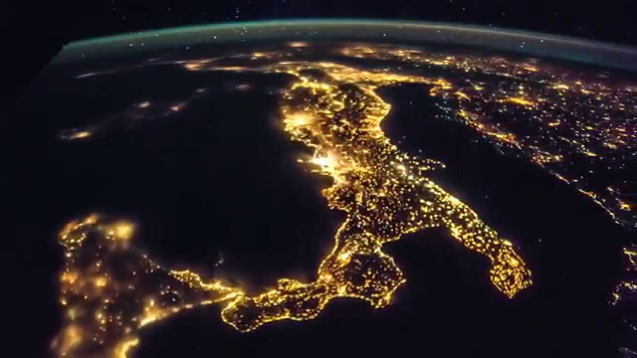 Italia y los Balcanes captados en la noche desde el