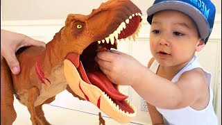 Father & Son unbox Jurassic World Colossal Tyrannosaurus Rex