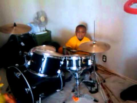 KING ZION 3 YEARS OLD ON THE DRUMS @ THE HOUSE!.3gp
