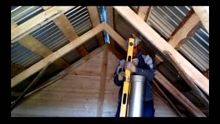 Установка печного дымохода через крышу(Установка дымохода в бане. На видео Рома устанавливает трубу сэндвич через потолок и выводит на крышу., 2014-10-06T03:31:06.000Z)