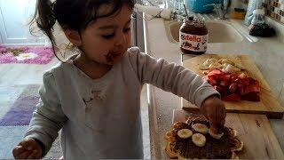 Hamarat Ayşe Ebrar ile Çilekli Çikolatalı Waffle Yaptık , Heryerini Çikolata Yaptı I For Kids Video
