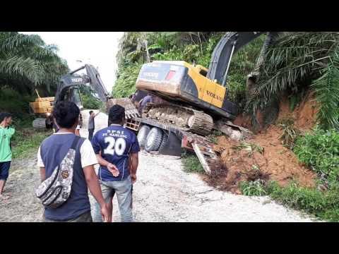 Kecelakaan kerja. Excavator Kecelakaan di atas tronton.