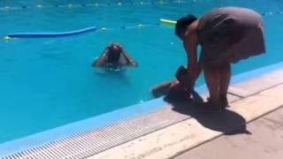 Bambini di due anni e mezzo si tuffa in piscina come un grande. SCU...