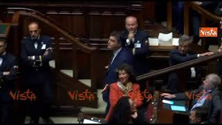 Il deputato Mdp perde la voce mentre parla male del Rosatellum e il collega PD gli da una caramella