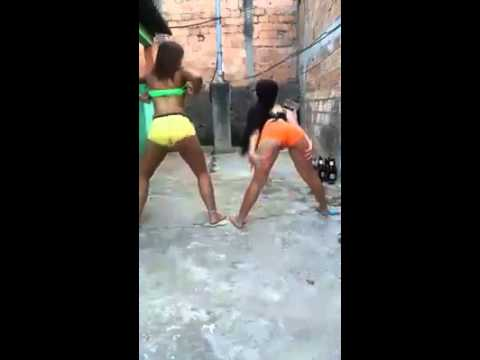 Duas gostosas dancando playlist de funk de shortinho - 2 7