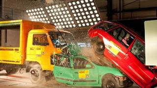 Crash test Camion contro auto in coda