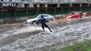 Экстремал проехал по затопленным улицам Москвы на вейкборде(Обрушившийся на Москву ливень серьезно осложнил движение на дорогах, однако экстремал Никита Канторов..., 2016-08-16T11:55:35.000Z)
