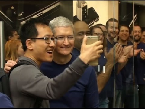 Tim Cook Greets Apple Fans Waiting for iPhone 7
