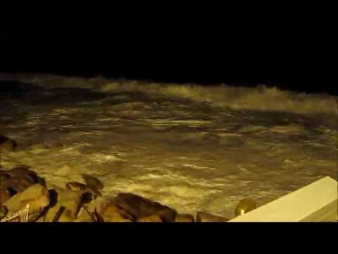 Waves threatening Collaroy houses during second night of Sydney storm