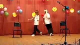 2 девушки танцуют танец под песни из фильма Шаг Вперёд