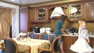 Как Ольга Жарикова готовила салат и ей помогала ее дочка Жозефина