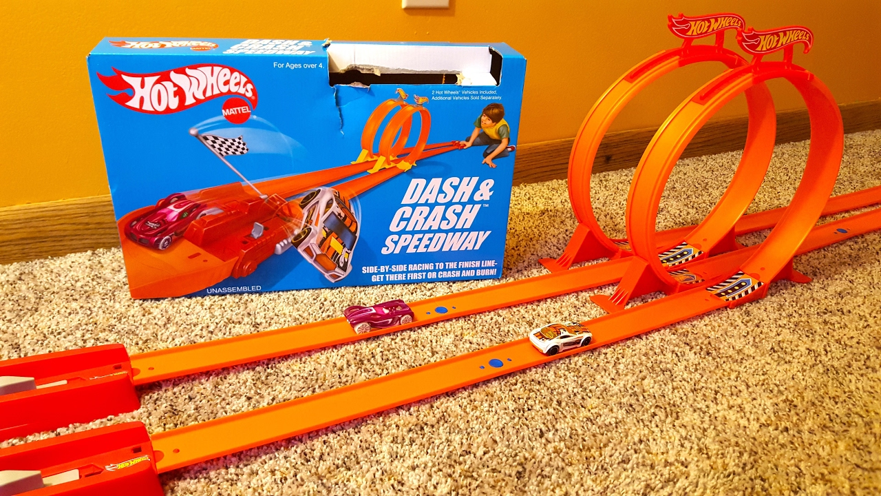 hot wheels classic dash crash speedway track stunt set toy review with 2 cars and dual loops. Black Bedroom Furniture Sets. Home Design Ideas