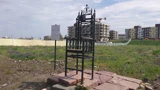 Памятник трона на пустыре в Петрозаводске.