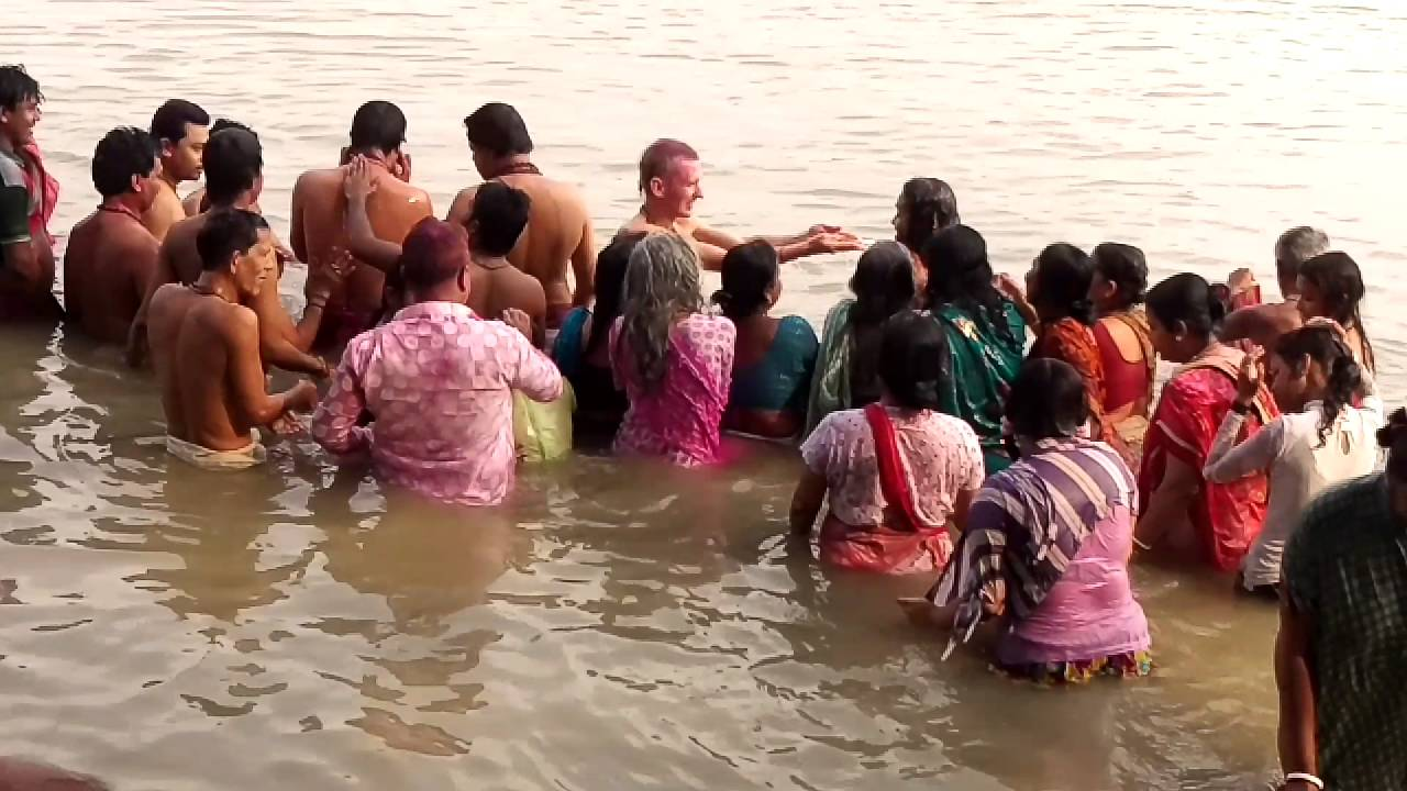 Refreshing Ganga snan after Chhath Puja. - YouTube