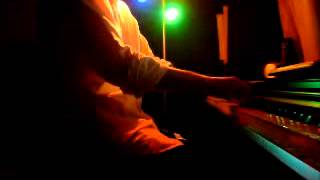 ボーカルパート、ピアノをピアノ一台で、ドラム、ベース、ギターのセッ...