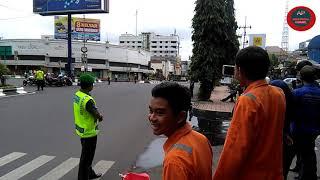 Gambar cover Detik - detik rombongan Presiden Jokowi melintas di kota malang menuju Blitar
