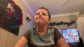 Как молодой человек открыл подарок на Рождество?
