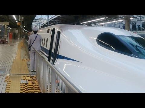 次々と来る新幹線 (京都駅)  Busy Bullet train station. Shinkansen, Kyoto/Japan.