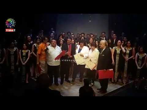 خالد جلال يكرم الفنانه سميرة أحمد  في مسرحية -سينما مصر-  - 12:54-2019 / 7 / 15