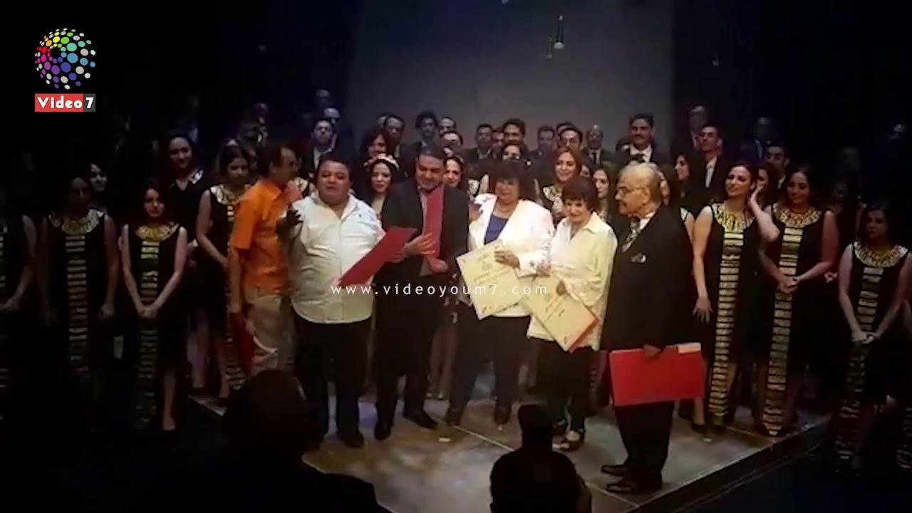 اليوم السابع :خالد جلال يكرم الفنانه سميرة أحمد  في مسرحية