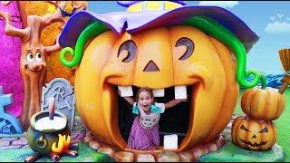 София и сонный Папа Играют в Развлекательном Парке для детей