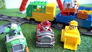 Щенячий Патруль строят железную дорогу и паровоз. Мультик с игрушками для детей
