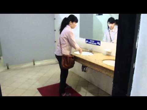 clip hot : qay trộm nữ sinh trong WC