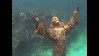 видео статуи Христа под водой.