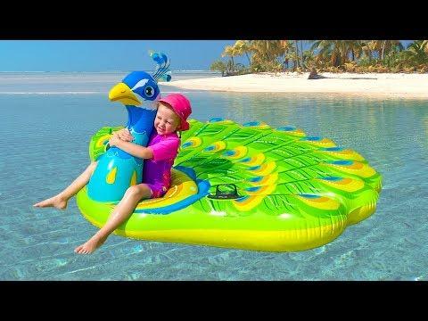 Stacy con una muñeca que viaja al mar.