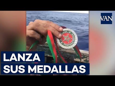 Un deportista de élite marroquí arroja sus medallas al mar mientras llega en patera a España