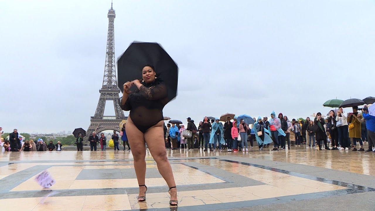 Modelos De Talla Grande Desfilan Delante De Torre Eiffel Contra La Dictadura De Modistas Youtube