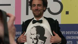 #Berlinale2020 - Elio germano montre son t-shirt Ligabue