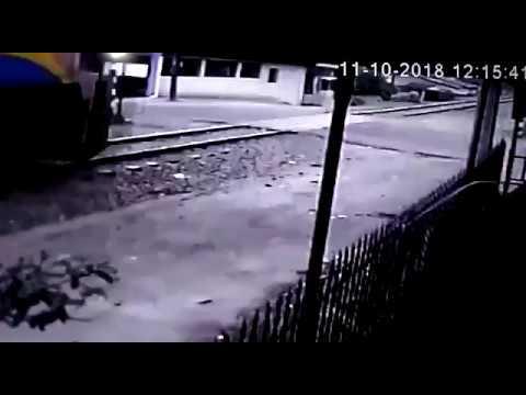 (VÍDEO) Carro da PM bate em trem a caminho de ocorrência