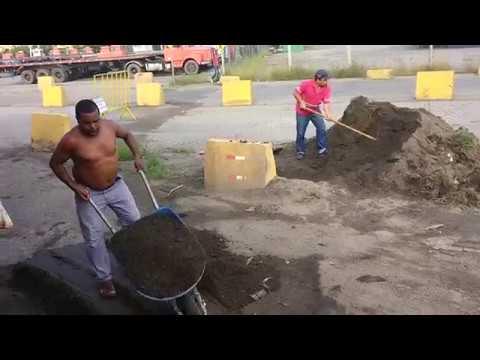 Carreteiros da ACA tampando buraco em obra portuária federal cansados de quebrar molas e suspensão