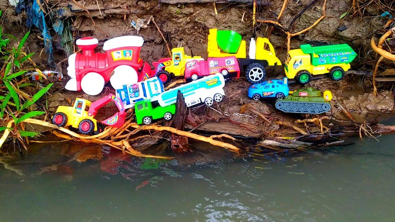 menemukan kereta api, truk gandeng, excavator, dum truk,molen, tank doser mobil polisi mobil pemadam