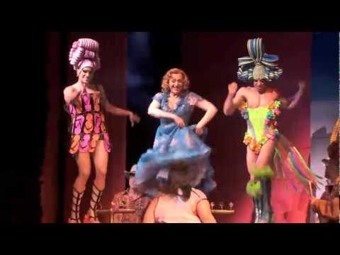 Priscilla la reina del desierto broadway youtube for Aida piscina reina del desierto