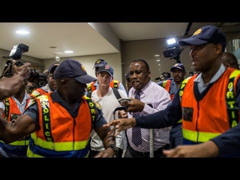 Steve Smith heckled, called 'cheat' at Johannesburg airport