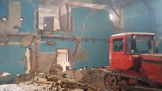 демонтаж стен бульдозером/the dismantling of the walls with a bulldozer(снос несущих стен внутри здания с помощью бульдозера., 2016-02-19T20:24:14.000Z)