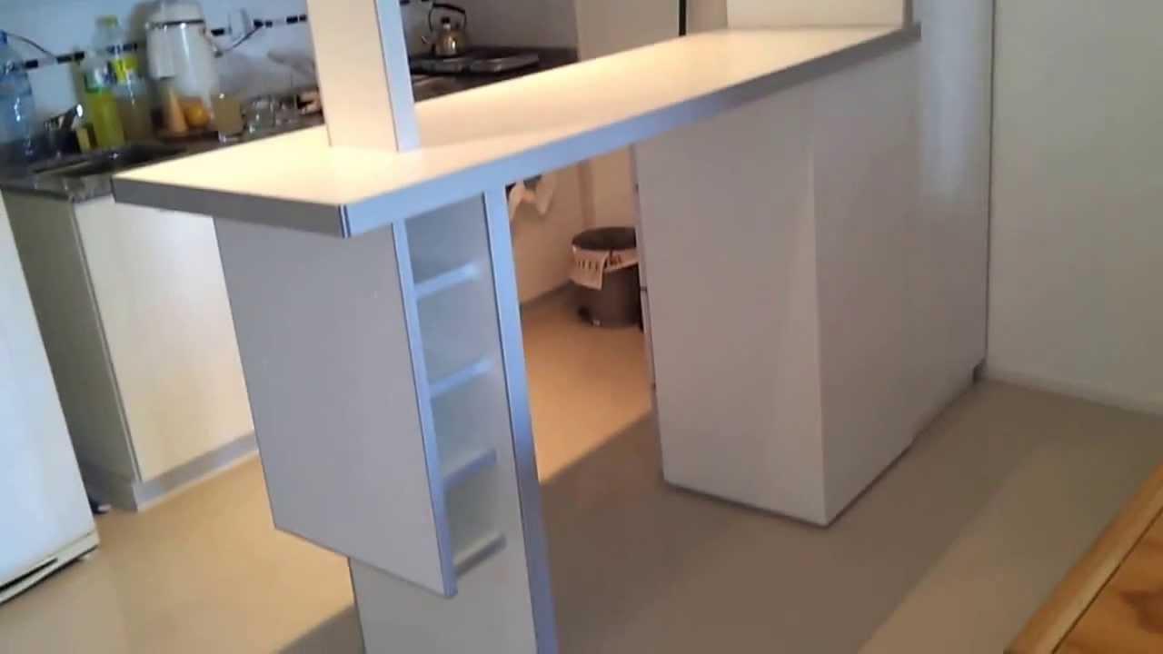 Desayunador blanco divisor de ambiente fabrica en villa for Planos de cocinas con barra desayunadora