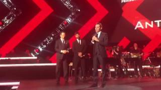 El momento en que Ricky Martin le entrega el premio Person of the Year a Marc Anthony