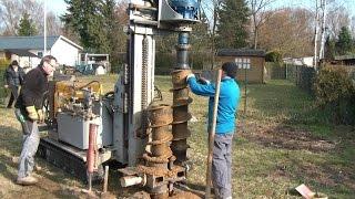 Brunnen bohren mit fahrbarer Bohrmaschine Teil 1, portable water well drilling machine in action
