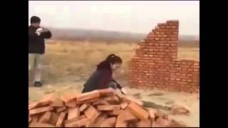 Siêu công nhân    xây tường bằng cách ném gạch   Đóng đinh bằng tay