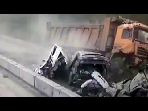 На трассе М-5 в Челябинской области фура протаранила несколько машин.