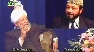 Why doesn't the Ahmadiyya Muslim Community open schools in the United Kingdom?