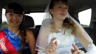 Невеста и свидетельница по дороге в ЗАГС