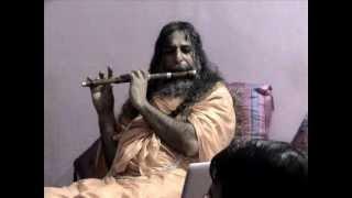 Swami Vishwatmanand Saraswati ji Maharaj (playing Bansuri).wmv