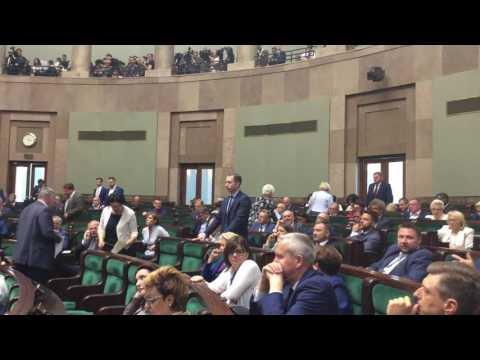 ŻENADA!!! Zobaczcie jak zachowują się posłowie PO podczas debaty o SN!